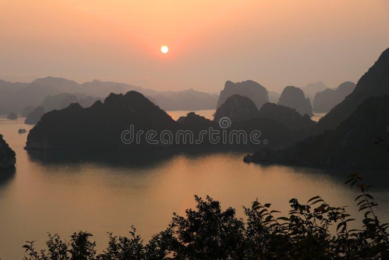 Coucher du soleil de baie de Halong - Vietnam photos libres de droits