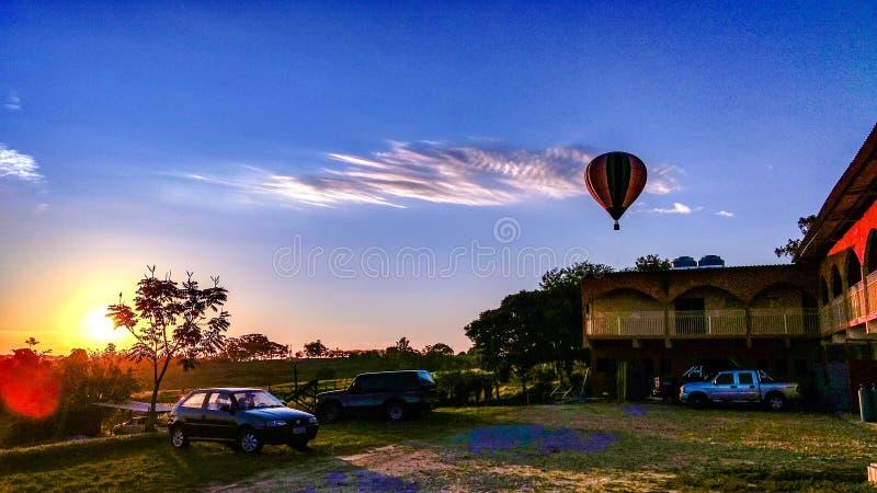 Coucher du soleil de ballon image stock