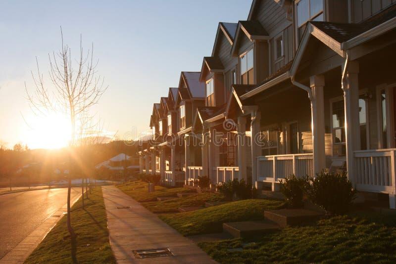 Coucher du soleil de banlieue images stock