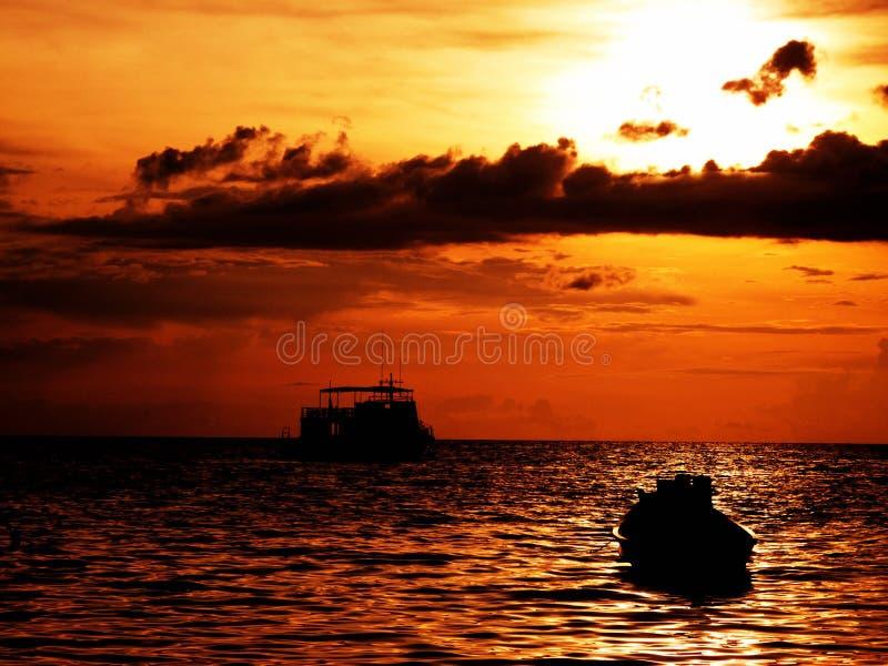 Coucher du soleil de bateau image libre de droits