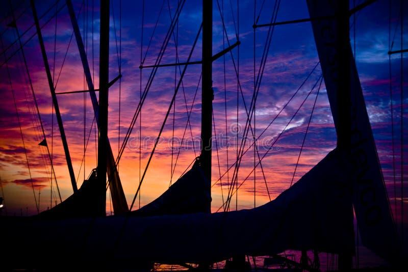 Coucher du soleil de bateau image stock