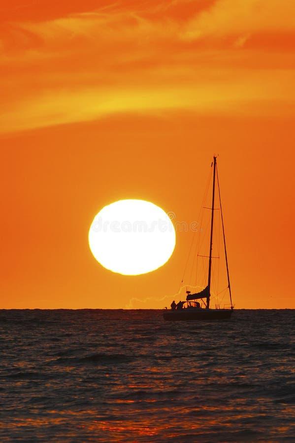 coucher du soleil de bateau images stock