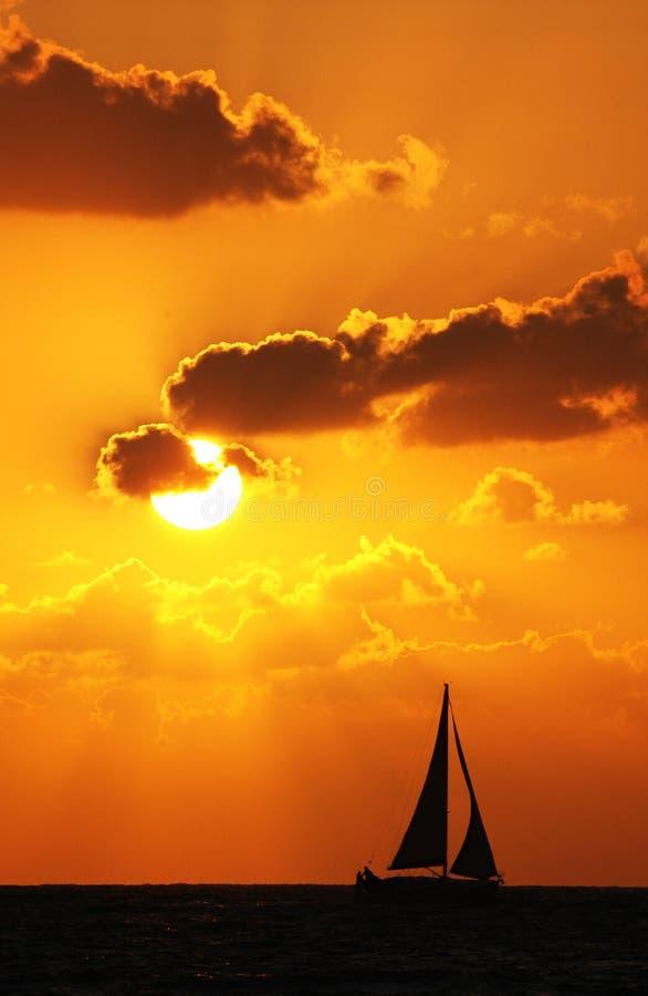 coucher du soleil de bateau photographie stock libre de droits