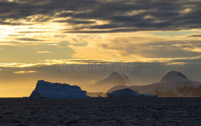 Coucher du soleil de belle vue de Mountain View en Antarctique photos libres de droits