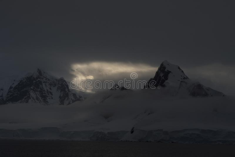 Coucher du soleil de belle vue de Mountain View en Antarctique photos stock