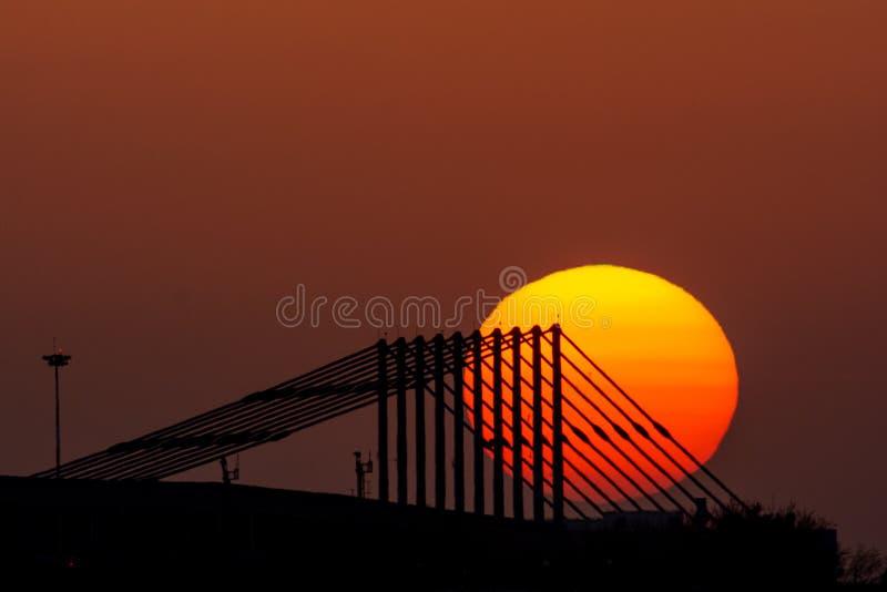 Coucher du soleil de Bucarest à l'aéroport d'Otopeni, Roumanie image stock