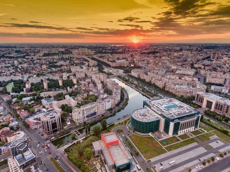 Coucher du soleil de Bucarest image stock