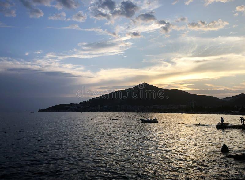 Coucher du soleil de Budva- sur la mer photographie stock