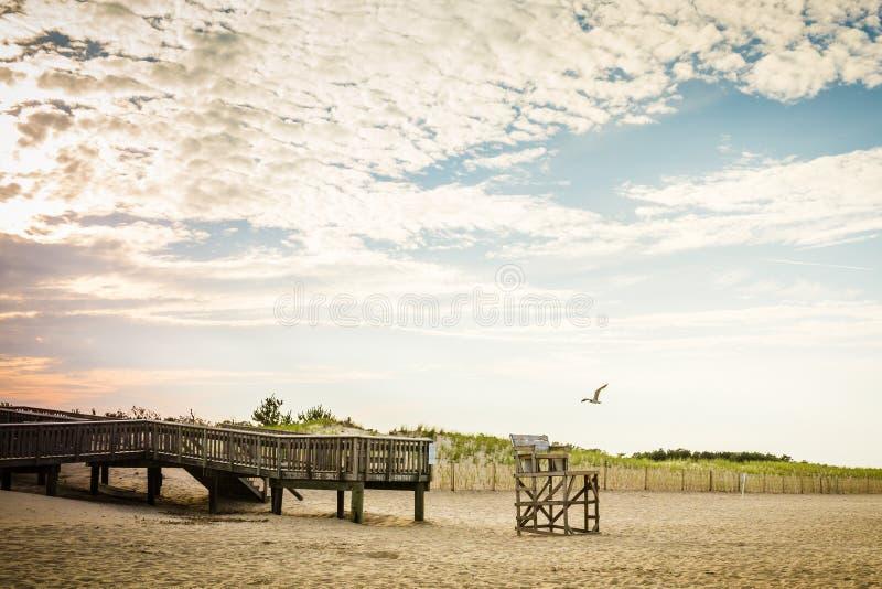 Coucher du soleil de chaise de maître nageur de pilier de plage images libres de droits