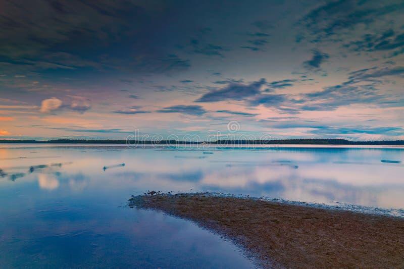 Coucher du soleil de charme sur le lac Valdai image libre de droits