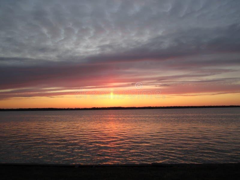 Coucher du soleil de chute au-dessus d'île Michigan de Grosse photographie stock