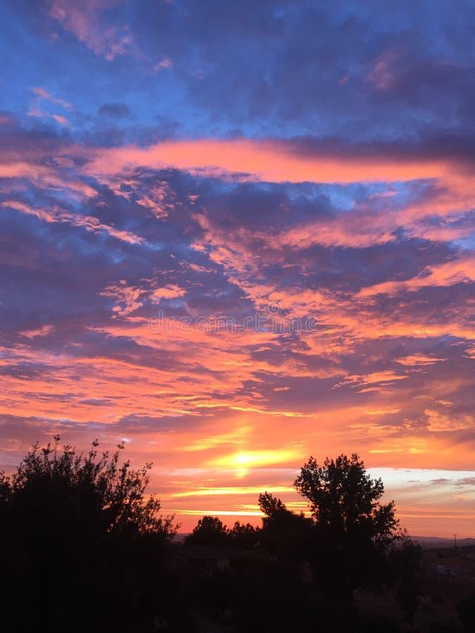 Coucher du soleil de chute de Paso Robles avec des arbres, grands nuages de tempête de dépassement photographie stock
