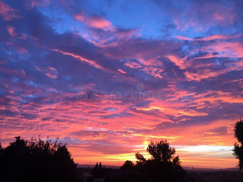 Coucher du soleil de chute de Paso Robles avec des arbres, grands nuages de tempête de dépassement photo libre de droits