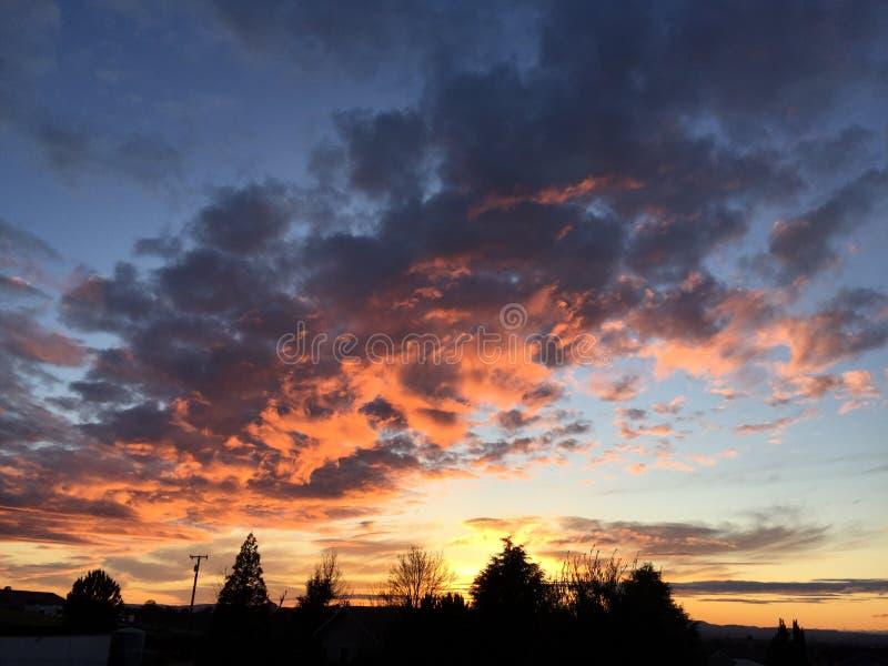 Coucher du soleil de chute de Paso Robles avec de grands nuages de tempête de dépassement d'arbres images stock