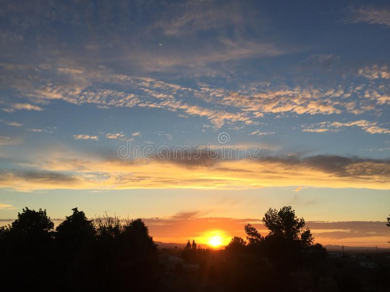 Coucher du soleil de chute de Paso Robles avec de grands nuages de tempête de dépassement d'arbres photo libre de droits
