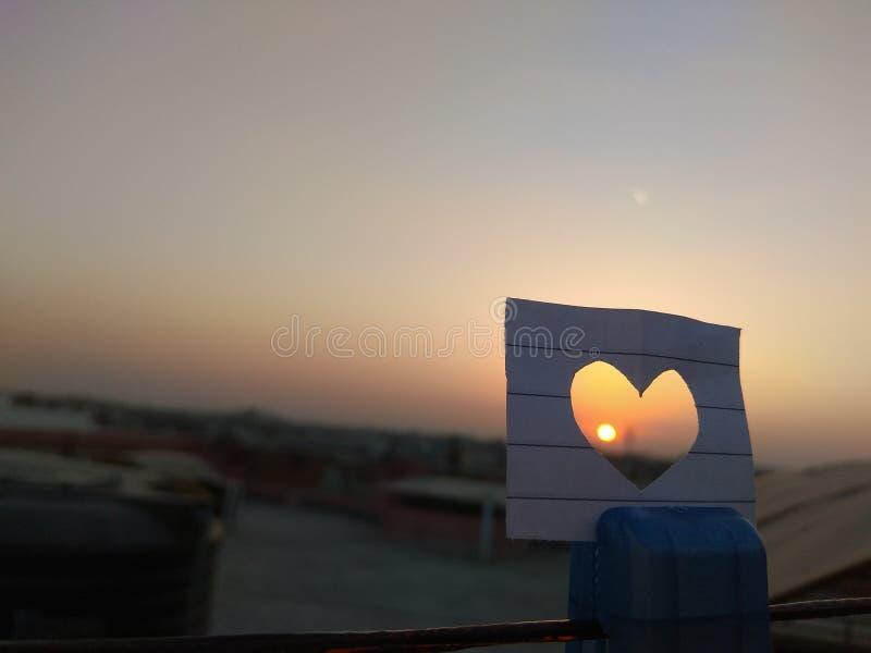 Coucher du soleil de coeur image libre de droits