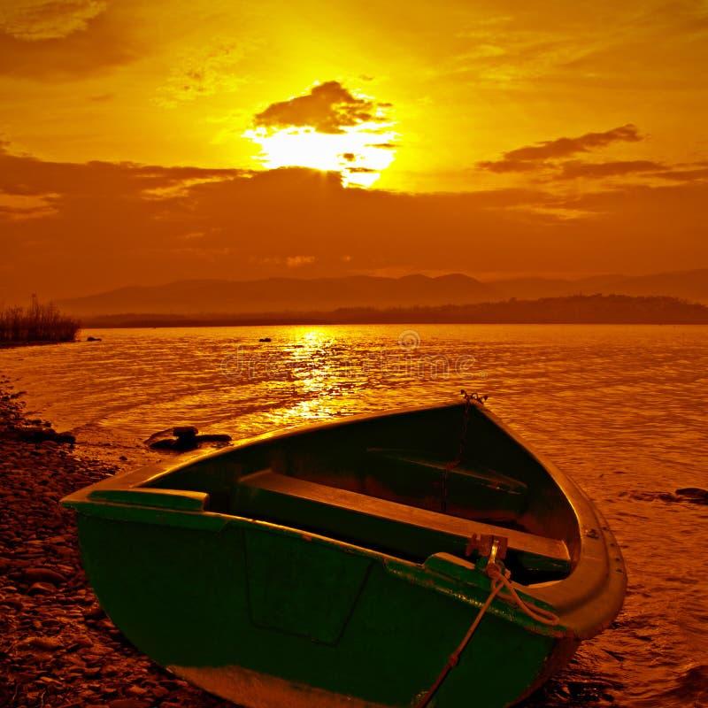 coucher du soleil de couleur de bateau photos libres de droits