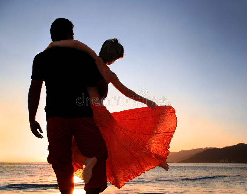coucher du soleil de couples image stock