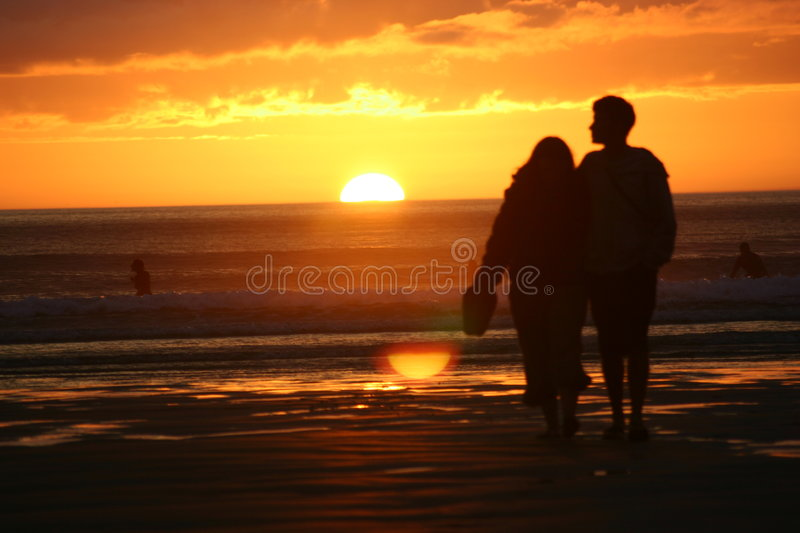 Coucher du soleil de couples @ photo libre de droits