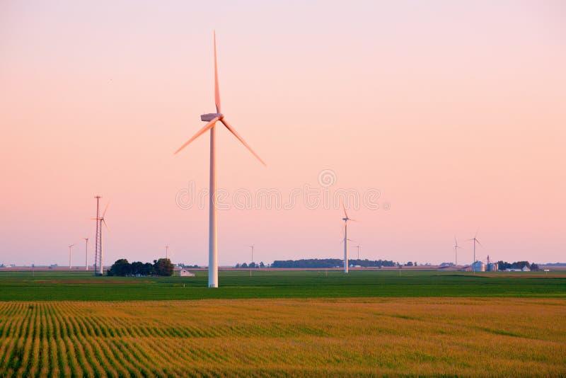 Coucher du soleil de ferme de vent photos libres de droits