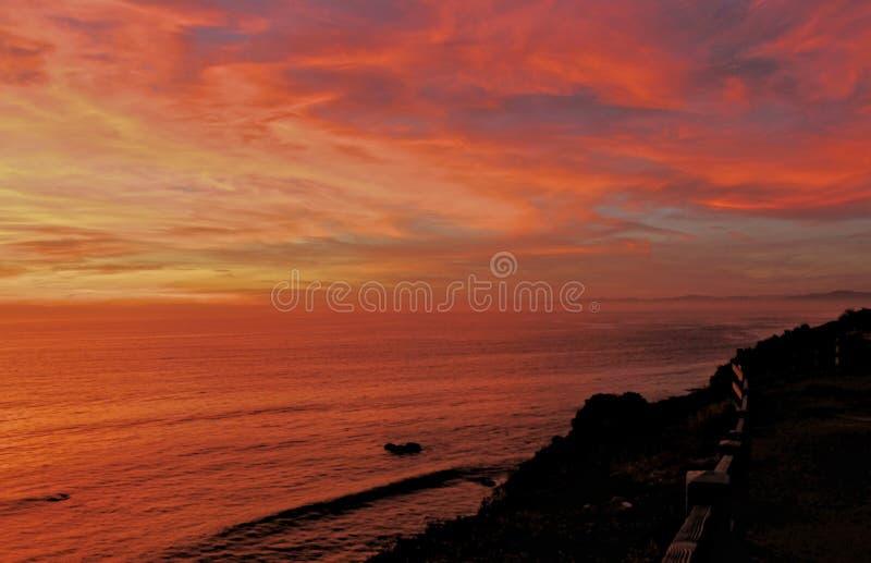 Coucher du soleil de flambage au-dessus de l'océan pacifique, Palos Verdes Peninsula, le comté de Los Angeles, la Californie photographie stock libre de droits