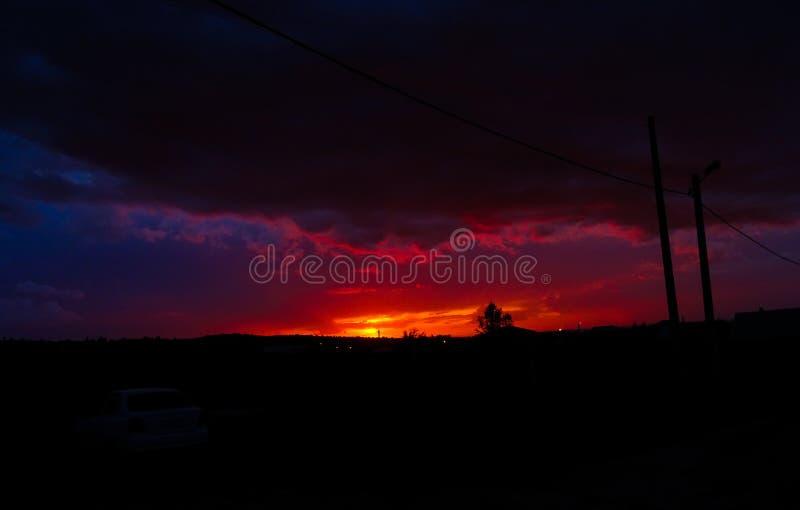 Coucher du soleil de framboise dans un ciel orageux image stock