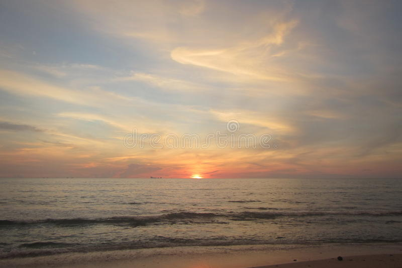 Coucher du soleil de Koh Lanta d'île de la Thaïlande photos libres de droits