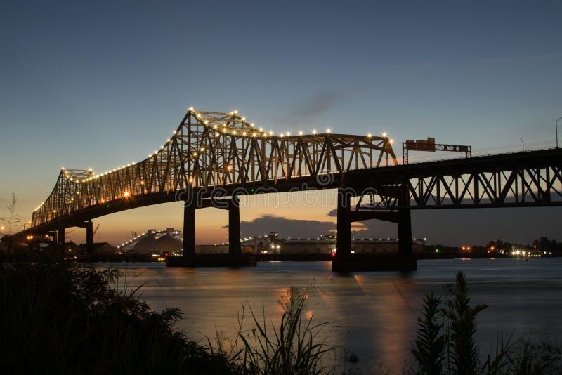 Coucher du soleil de la berge à 10 d'un état à un autre croisant le fleuve Mississippi à Baton Rouge photographie stock
