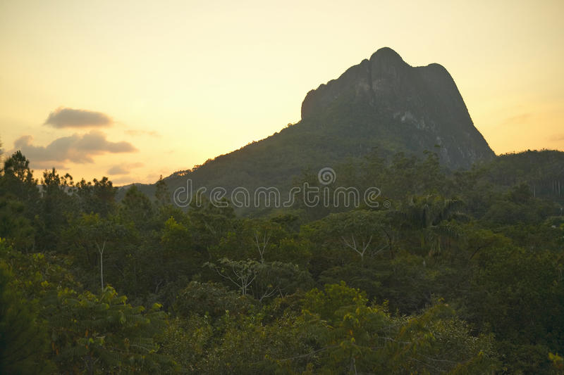 Coucher du soleil de la montagne qui ressemble à un visage dans les bières anglaises de ½ de ¿ de Valle de Viï, au Cuba central photographie stock libre de droits