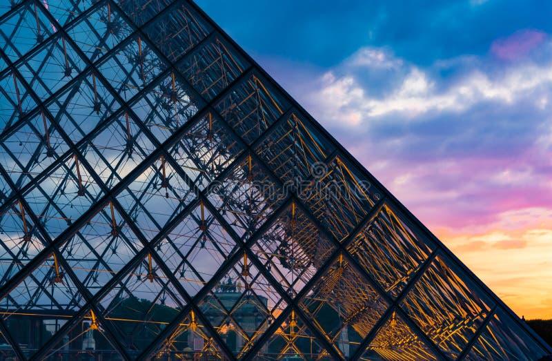 Coucher du soleil de la pyramide en verre photos stock