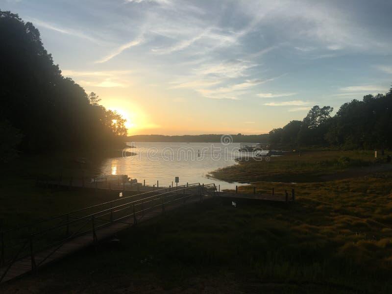 Coucher du soleil de lac photographie stock