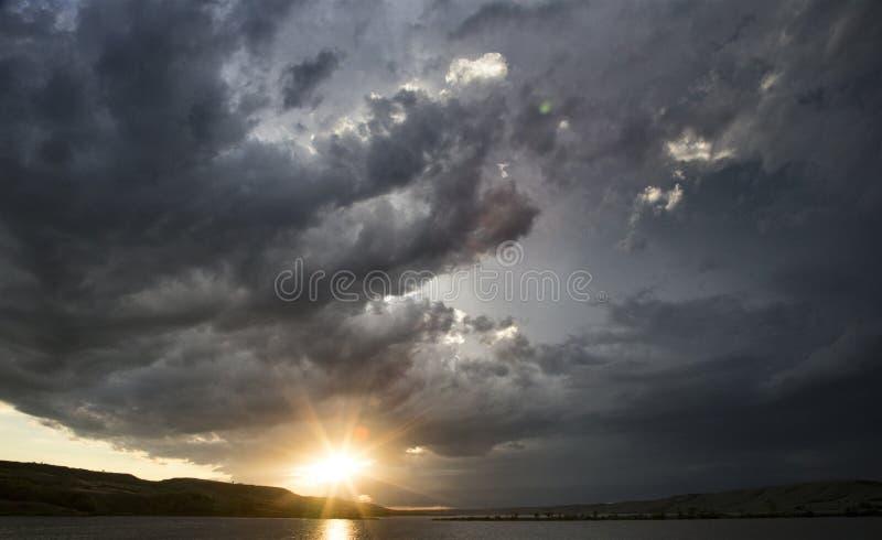 Coucher du soleil de lac clouds de tempête photos libres de droits