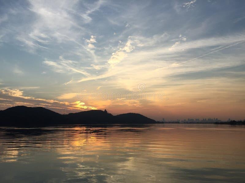 Coucher du soleil de lac est photos libres de droits