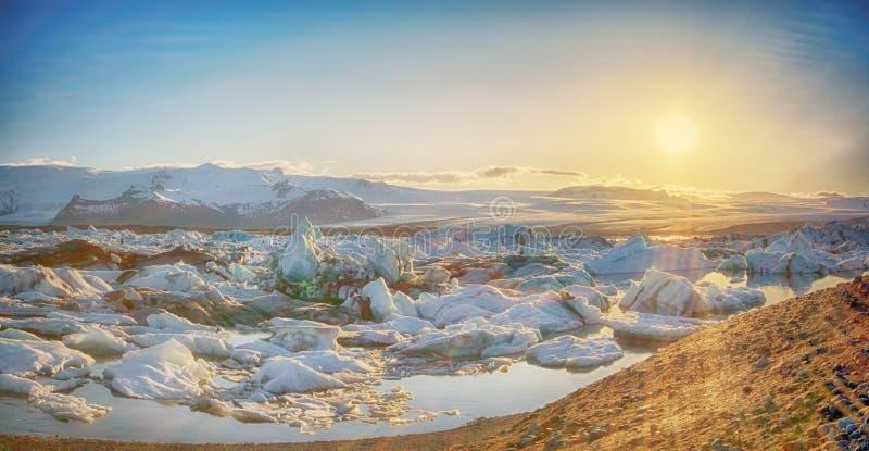 Coucher du soleil de lac glacier - lagune de l'Islande Jokulsarlon - l'Islande photos libres de droits
