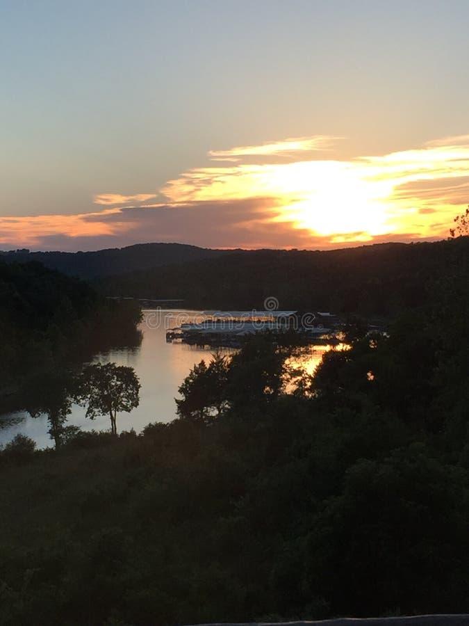 Coucher du soleil de lac rock de Tableau au-dessus de Bent Hook Marina chez grand Cedar Lodge photo stock