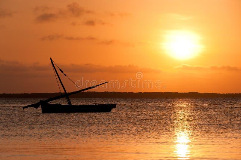 Coucher du soleil de Lamu et dhaw de Kenyan images stock