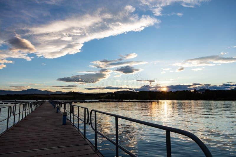 Coucher du soleil de lever de soleil regardant fixement de la jetée en bois au-dessus de la mer, l'espace de copie, papier peint image stock