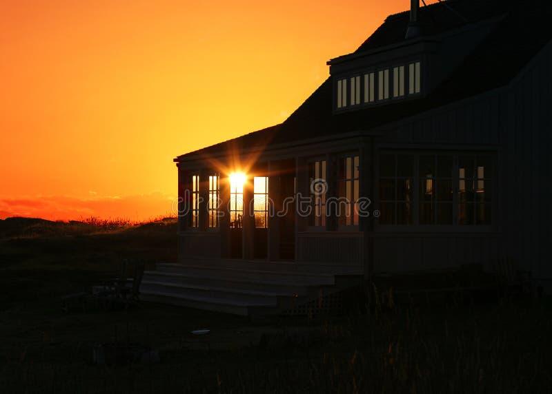 Coucher du soleil de maison de vacances photos libres de droits