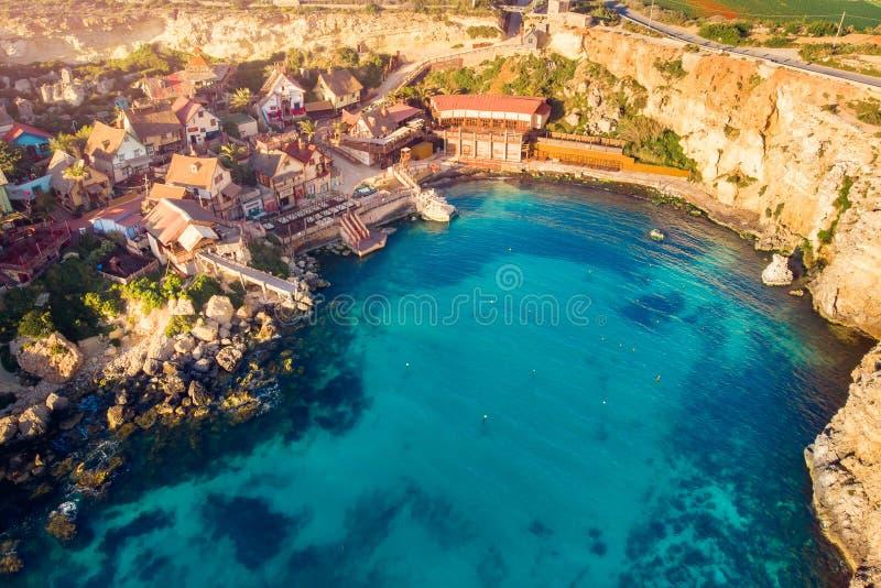Coucher du soleil de Malte de panorama de baie de Popeye de village Vue sup?rieure a?rienne photo stock