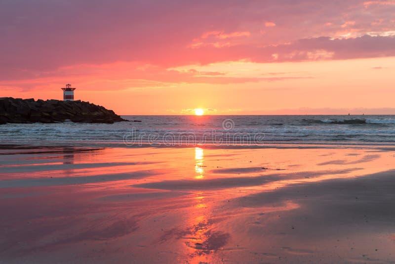Coucher du soleil de mer à la côte néerlandaise près de Scheveningen photos stock