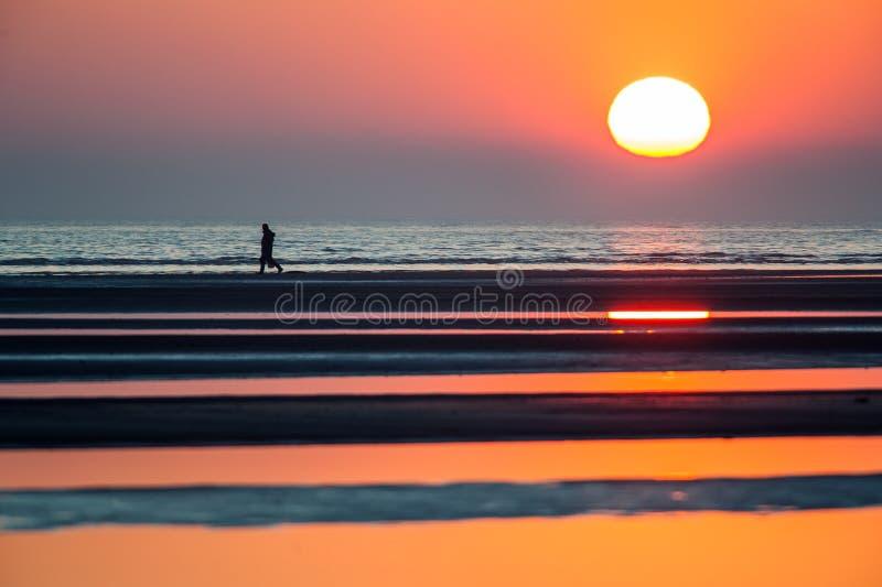 Coucher du soleil de mer avec la personne de silhouette photos libres de droits