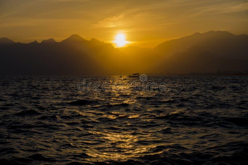 Coucher du soleil de mer de Medterranean, coucher du soleil étonnant à Antalya image libre de droits