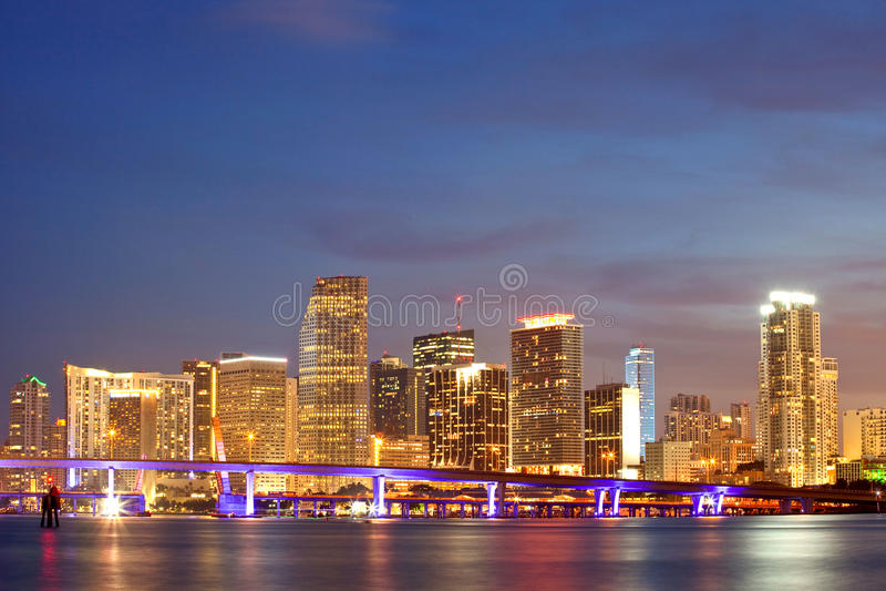 Coucher du soleil de Miami la Floride au-dessus des constructions du centre image libre de droits