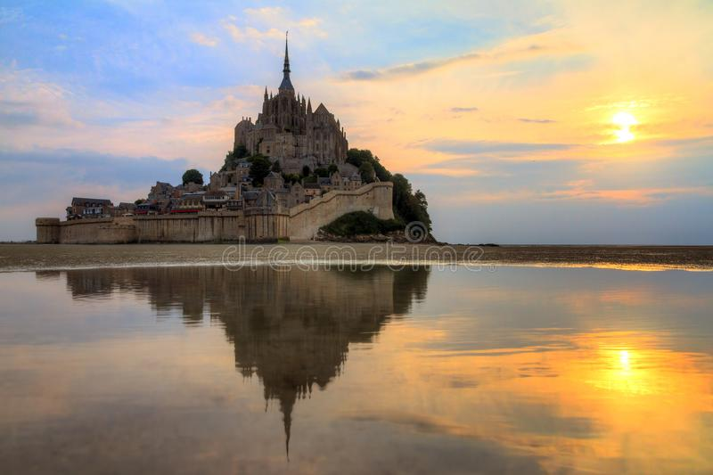 Coucher du soleil de miroir de le Mont Saint-Michel photographie stock libre de droits