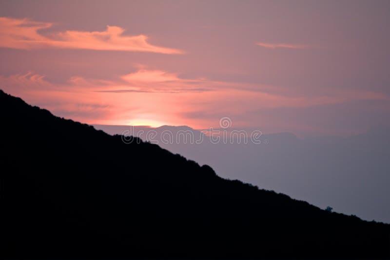 Coucher du soleil de montagne photo stock