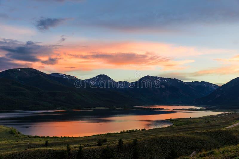Coucher du soleil de montagne du Colorado sur les lacs jumeaux photographie stock libre de droits