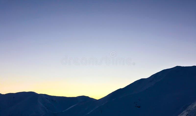 Coucher du soleil de montagnes de Milou d'hiver photo stock