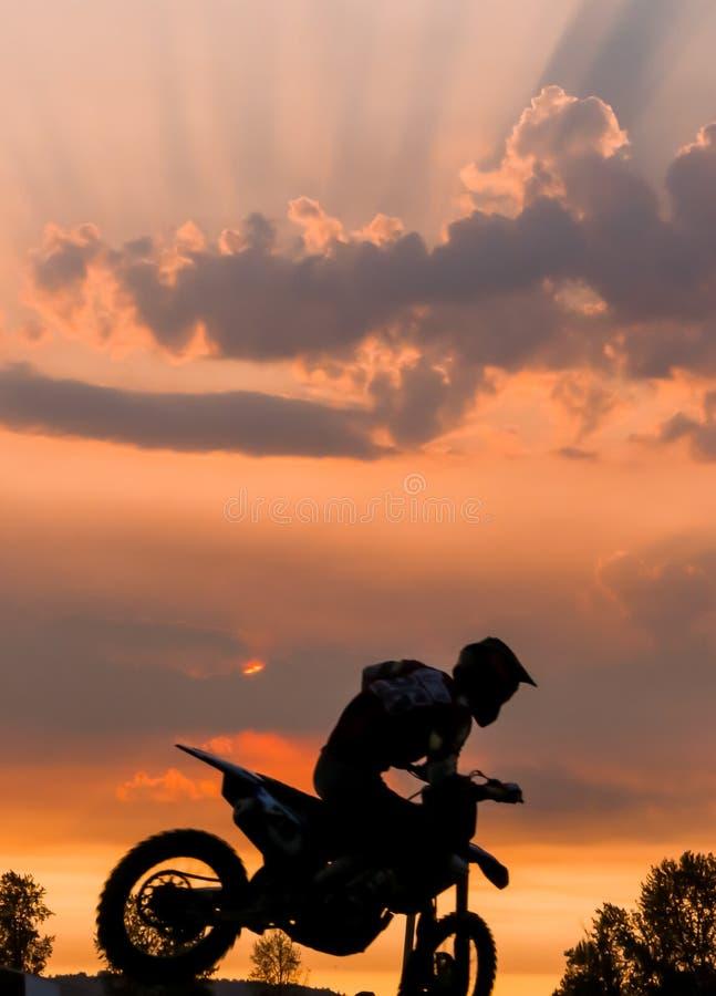Coucher du soleil de motocross photographie stock libre de droits