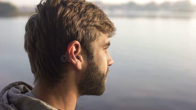 Coucher du soleil de observation d'homme barbu sur le bateau touristique, appréciant le voyage récréationnel photographie stock