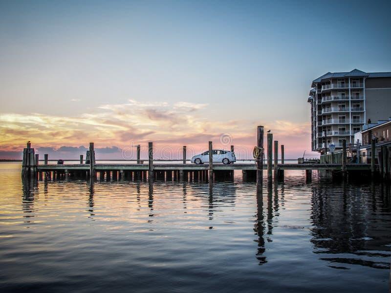 Coucher du soleil de observation d'un dock chez Crisfield, le Maryland image stock